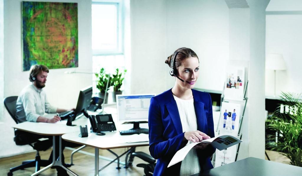 Collegamento mobile in ambiente di lavoro con cuffie Jabra